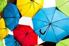 Molti ombrelli variopinti contro il cielo nelle regolazioni della città Kosice, Slovacchia Immagini Stock