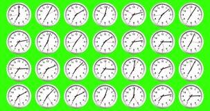 Molti orologi che mostrano, tempo di svegliare per la prima colazione, sveglia metallica bianca moderna sul fondo di schermo di v illustrazione di stock