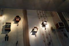 Molti orologi di cuculo sulla parete Immagine Stock Libera da Diritti