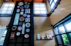 Molti orologi sono attaccati alla parete per decorare immagini stock