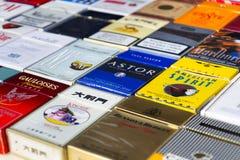 Molti pacchetti delle sigarette differenti fotografate con il piano di vista superiore pongono la composizione il 25 marzo 2017 a Fotografia Stock