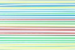 Molti paglie o tubi di plastica colorati con le bande blu, rosse, gialle e verdi sottragga la priorit? bassa immagini stock libere da diritti