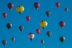 Molti palloni li iniziano volo nel cielo blu Fotografie Stock Libere da Diritti