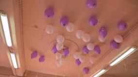 Molti palloni nell'ambito del soffitto video d archivio