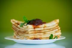 Molti pancake sottili con inceppamento Immagine Stock Libera da Diritti