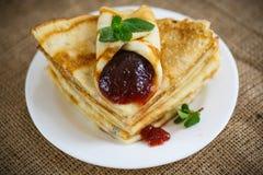 Molti pancake sottili con inceppamento Immagini Stock