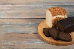 Molti pane e panini misti di pane al forno sul fondo di legno della tavola Fotografia Stock