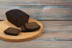 Molti pane e panini misti di pane al forno sul fondo di legno della tavola Immagini Stock Libere da Diritti