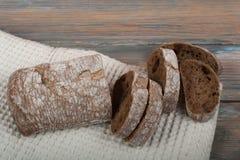 Molti pane e panini misti di pane al forno sul fondo di legno della tavola Fotografia Stock Libera da Diritti