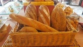 Molti pane e panini misti sparati da sopra Fotografia Stock