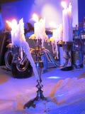 Molti paraffinano le candele che bruciano su un candeliere fotografie stock libere da diritti