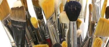 Molti pennelli usati nello studio del pittore Fotografia Stock