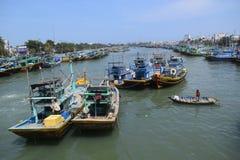 Molti pescherecci nel paesino di pescatori del Vietnam Immagine Stock