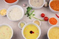 Molti piatti con differenti minestre sulla tavola Immagine Stock Libera da Diritti