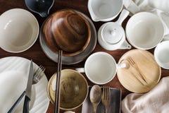 Molti piatti e piatti vuoti su fondo di legno Fotografia Stock
