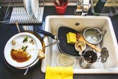 Molti piatti sporchi nel lavandino bianco Immagine Stock