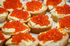 Molti piccoli panini con il caviale rosso Immagine Stock
