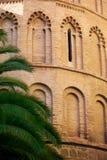 Molti posti adatti incurvati sull'alta torre del mattone giallo, Spagnolo, via, fondo Immagini Stock