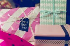 Molti presente variopinti dell'involucro di regalo Immagine Stock