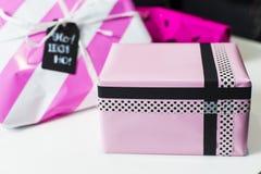 Molti presente variopinti dell'involucro di regalo Immagini Stock