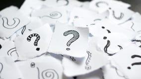 Molti punti interrogativi sulle carte Punti interrogativi tirati di scarabocchio sui residui di carta Scelta, decisionale, concet fotografia stock libera da diritti