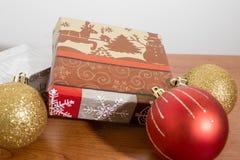 Molti regali di natale con le decorazioni su una tavola di legno immagini stock libere da diritti