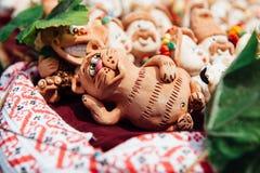 Molti ricordi ucraini - gatto delle figurine dell'argilla Immagini Stock