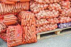 Molti sacchi in pieno dei potatos e delle carote Immagine Stock Libera da Diritti