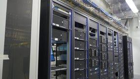 Molti server potenti che corrono nella stanza del server del centro dati Molti server in un centro dati Molti scaffali con i serv video d archivio