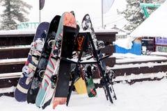 Molti snowboard stanno su un supporto vicino allo sci dei après del café Recr fotografia stock libera da diritti
