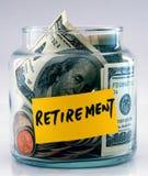 Molti soldi in un vaso di vetro hanno contrassegnato la pensione Immagini Stock