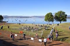Molti spettatori e partecipanti si riuniscono per il triathlon Fotografia Stock