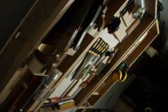 Molti strumenti che appendono sulla parete immagine stock