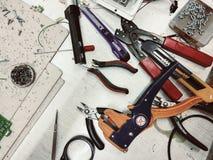Molti strumenti sulla tavola di lavoro Immagine Stock Libera da Diritti