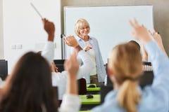 Molti studenti nelle lezioni della scuola Immagini Stock Libere da Diritti