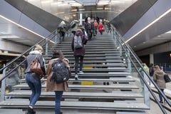 Molti studenti scalano le scale alla stazione ferroviaria centrale di Utrecht dentro Fotografie Stock