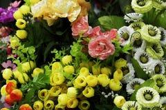 Molti tipi di fiori di plastica Fotografie Stock Libere da Diritti