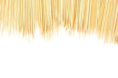 Molti toothpicks sparsi hanno isolato fotografie stock