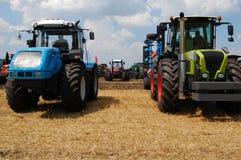 Molti trattori sul campo Immagine Stock Libera da Diritti