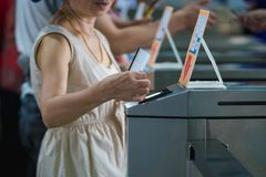Molti turisti alle barriere pedonali della falda del controllo di accesso prescelto fotografia stock libera da diritti