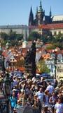Molti turisti camminano da Charles Bridge a Praga immagini stock