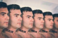Molti uomini in una fila con il codice a barre - concetto genetico del clone fotografie stock libere da diritti