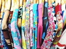 Molti variopinti dei vestiti sul gancio di legno Immagini Stock Libere da Diritti