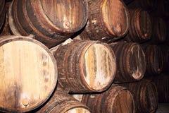 Molti vecchi barilotti di legno su una fabbrica del vino Immagini Stock