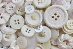 Molti vecchi bottoni di cucito bianchi Fotografia Stock Libera da Diritti
