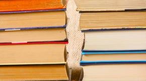 Molti vecchi libri sono primo piano Pagine di carta multicolori in una copertura di cartone Fotografia Stock