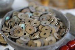 Molti vecchi penny hanno chiamato il kurus di delikli nel turco in una ciotola immagine stock