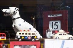 Molti vecchi veicoli raccoglibili del giocattolo nei colori luminosi su esposizione in un negozio di finestra Servizio della stra Fotografia Stock Libera da Diritti