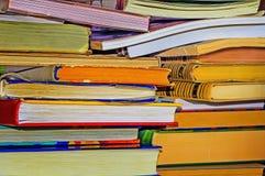 Molti vecchio e nuovi libri nel desorder Fotografie Stock Libere da Diritti