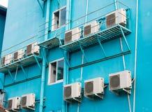 Molti ventilano le unità di condensazione sulla parete del turchese fuori Grande sistema del condizionatore d'aria immagini stock libere da diritti